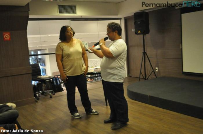 Sandro Marcelo entregando o certificado conferido pela PADA a Michelle Ramos por sua valiosíssima contribuição na divulgação dos Quadrinhos Nacionais