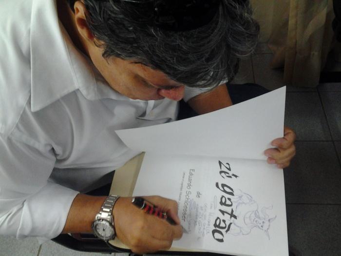 Eduardo Schloesser autografando o album Zé Gatão, seu personagem.