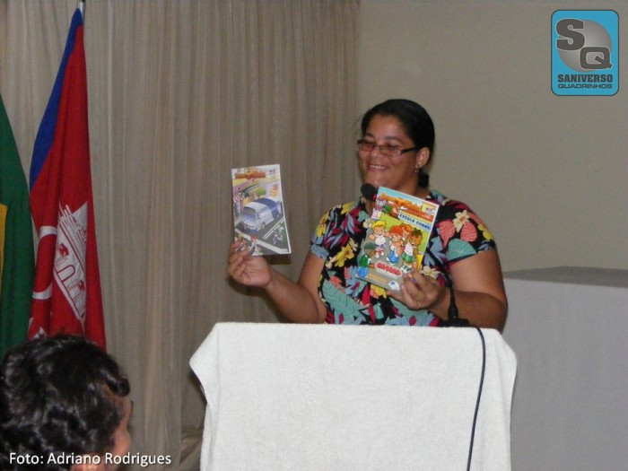 Michelle Ramos apresentando os lançamentos da NES Editora