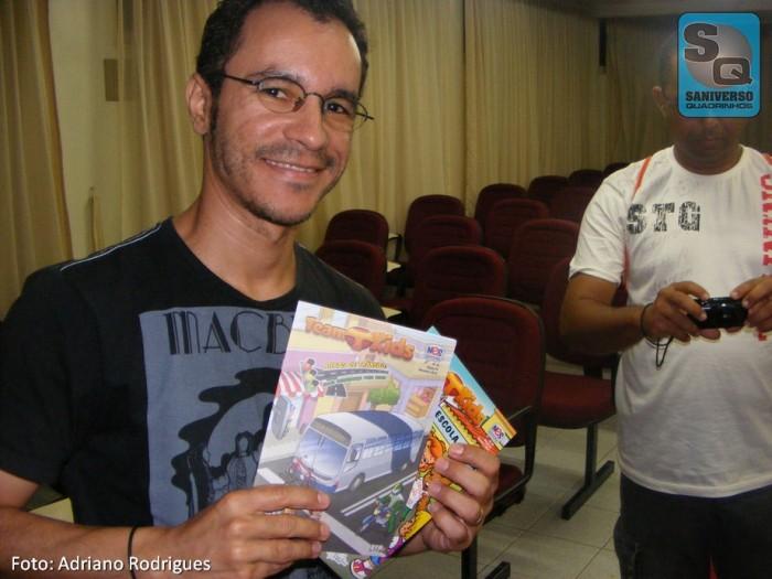 Luciano Felix com suas edições da NES Editora e Teo Pinheiro