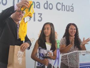 Victória recebeu uma camisa oficial da Seleção Brasileira (Foto: Wilson Medeiros)