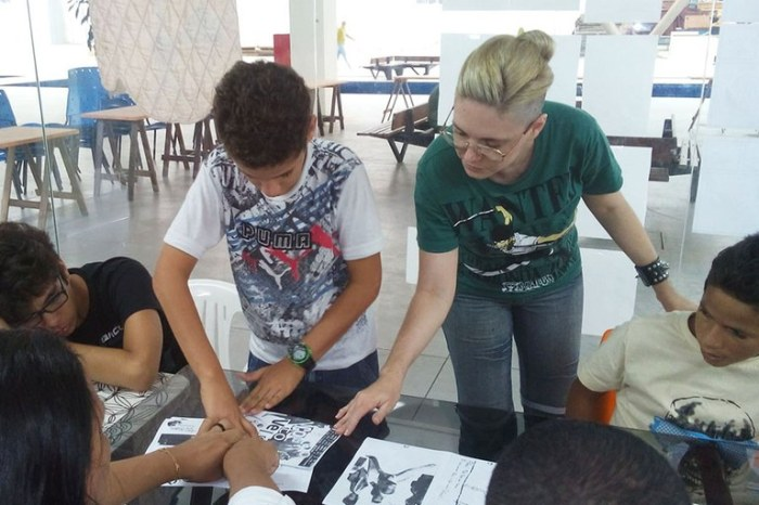 Paloma Diniz ministra oficina de aquarela